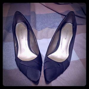 Classic Heels in charcoal w. a Modern Twist